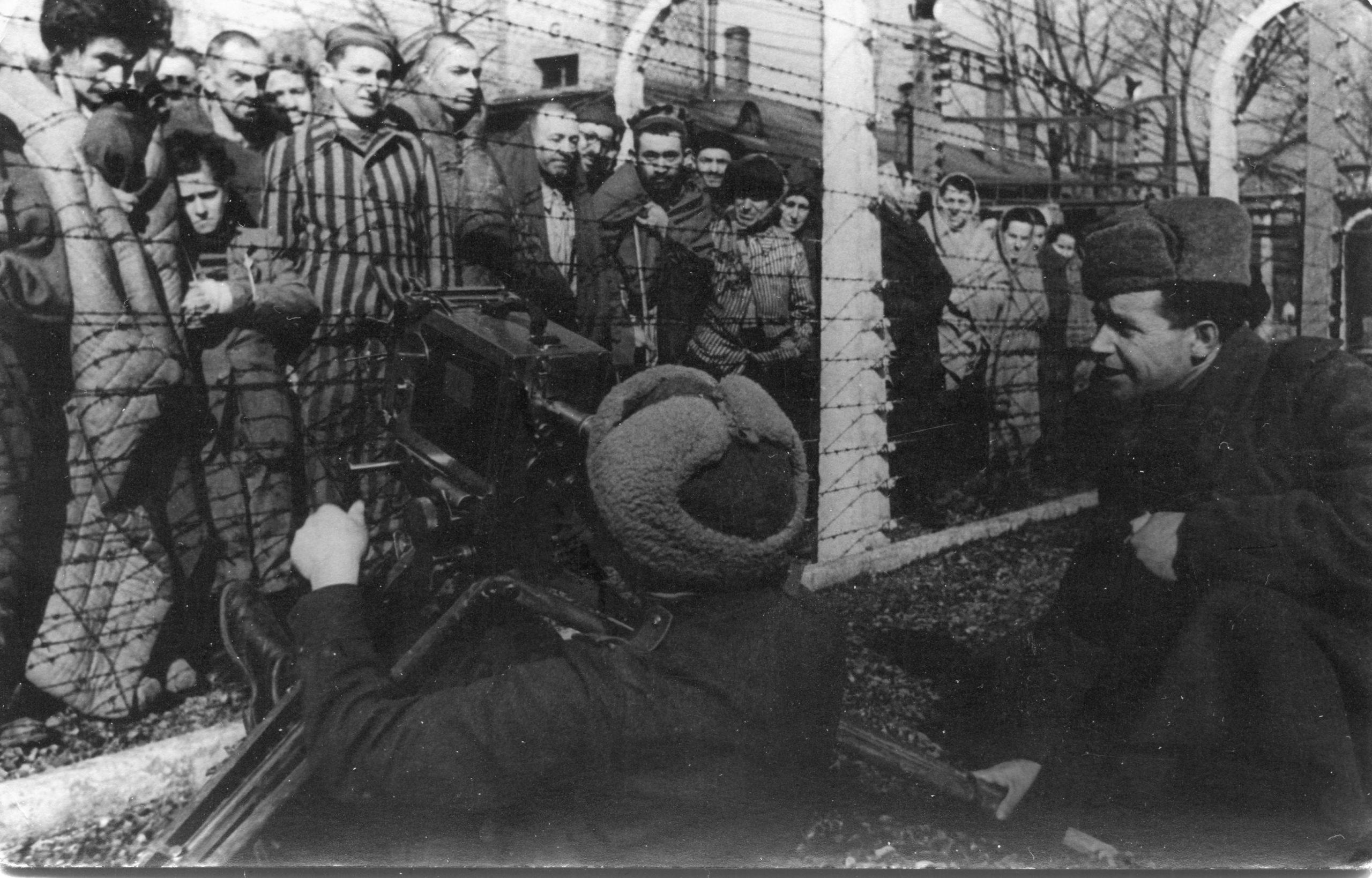 Déportés dans le camp d'Auschwitz, à la libération du camp. Pologne, 1945. © Private collection. Kutub-Zade family
